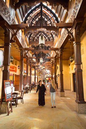Photo pour People in Madinat Jumeirah souk in Dubai, UAE - image libre de droit