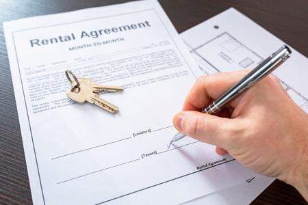 Photo pour Rental agreement contract to sign - image libre de droit