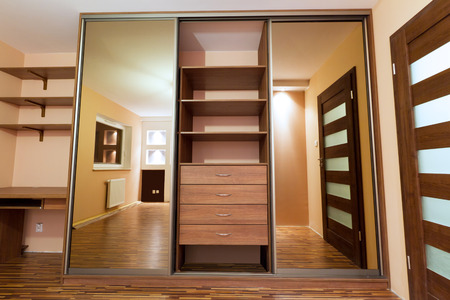 Photo pour Modern apartment interior with wardrobe - image libre de droit