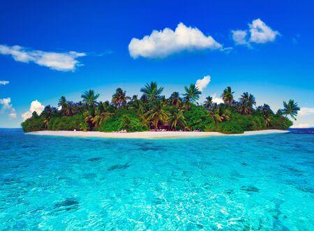 Photo pour Tropical island of Maldives on the Indian Ocean - image libre de droit
