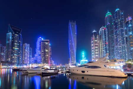 Photo pour Cityscape of the Dubai Marina at night, UAE - image libre de droit