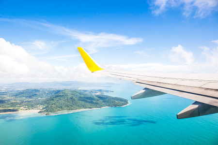 Foto de Wing of an airplane flying above the ocean - Imagen libre de derechos