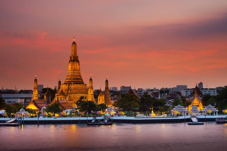Photo pour A colorful of sunset time reflection of gold pagoda Wat Arun temple of Bangkok at night time - image libre de droit