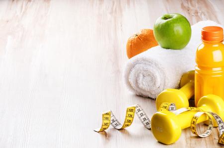 Foto de Fitness concept with dumbbells and fresh fruits. Workout setting - Imagen libre de derechos