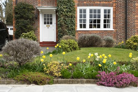 Foto de A period house in Pinner, London, with a front garden planted with daffodil flowers - Imagen libre de derechos
