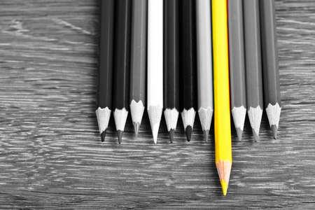 Foto de Single colored pencil  leadership concept - Imagen libre de derechos