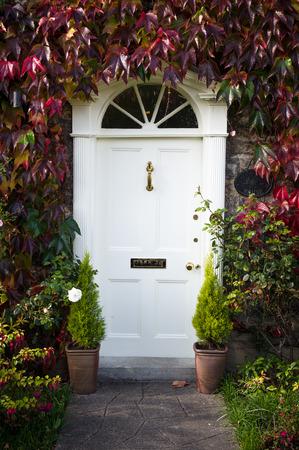 Photo pour Georgian style door with autumn foliage - image libre de droit
