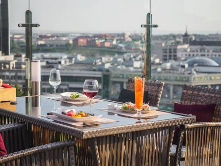 Photo pour Sky cafe on the roof terrace with view of modern city. - image libre de droit