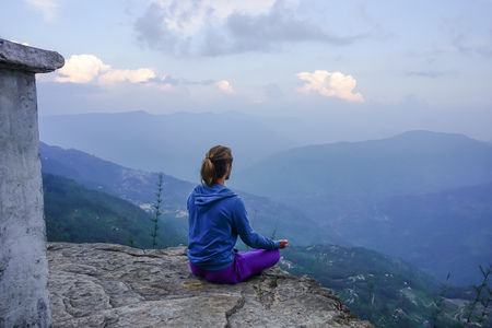 Photo pour Meditation in himalayan mountains in sikkim, india - image libre de droit