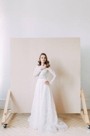 Photo pour European wedding in the style of fine art. Modern bride in white interior Studio. - image libre de droit