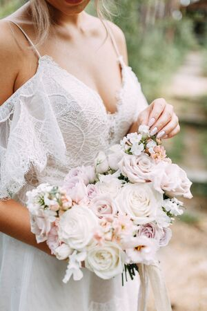 Photo pour Printing and decor for a wedding with flowers. Modern Bridal bouquet in hand. - image libre de droit