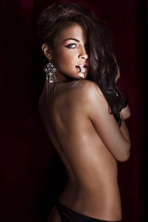 Photo pour Portrait of beautiful sensual brunette woman with long culry hair and luxury jewelry. - image libre de droit