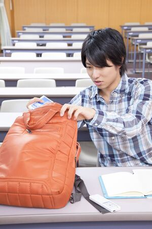 Male college students to take out the study tool