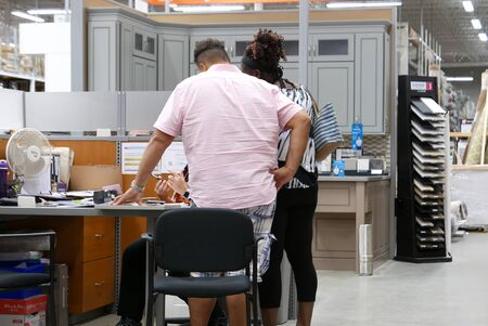 Photo pour People asking worker questions about buying kitchen cabinets at Home Depot store - image libre de droit