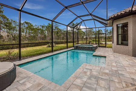 Photo pour Pool in back of Florida home - image libre de droit