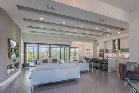 Photo pour Large white Florida home with open floorplan - image libre de droit