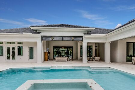 Photo pour Luxurious swimming pool and entertaining area of a Florida home - image libre de droit