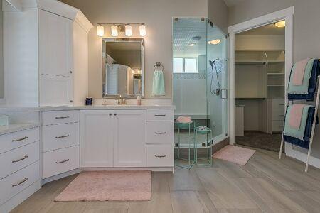 Foto de Green and pink colors accent this large white master bathroom - Imagen libre de derechos
