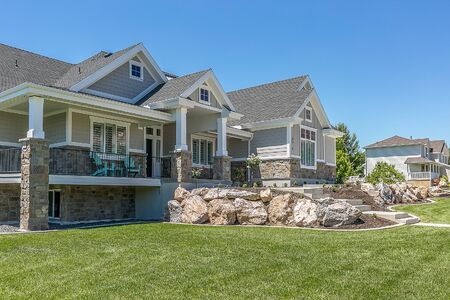 Foto de Big beautiful home with a boulder wall for elevation - Imagen libre de derechos