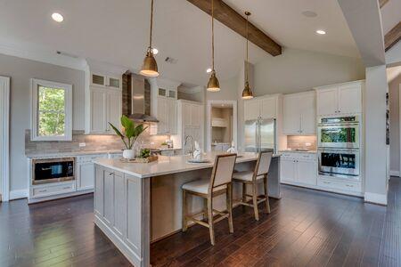 Photo pour White kitchen with all the latest trends - image libre de droit