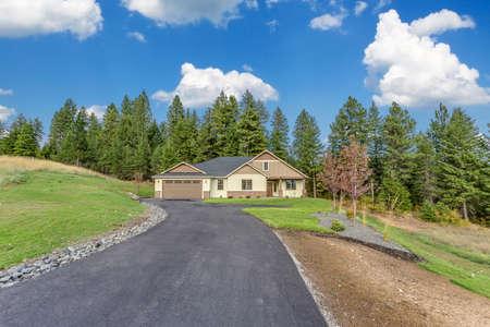 Photo pour Long asphalt driveway leading to newly built home in Idaho - image libre de droit