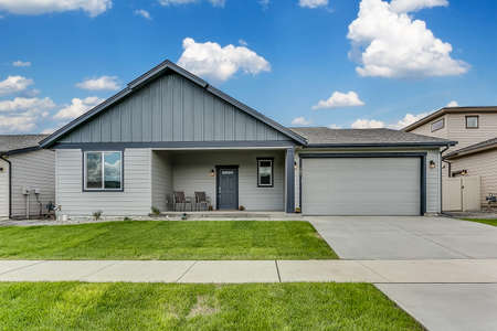 Foto de Gray home with two car garage and new sod - Imagen libre de derechos