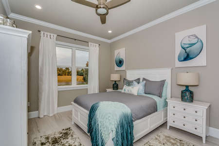Photo pour Beautifully decorated bedroom in model home with much detail and trim - image libre de droit
