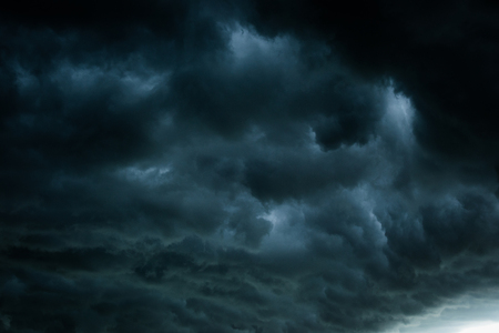 Foto de Black cloud and thunderstorm before rainy, Dramatic  black clouds and dark sky - Imagen libre de derechos