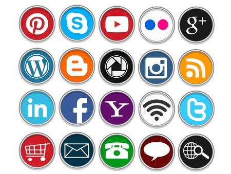 Photo pour A set of 20 popular social media icons in circular shapes for use in print and web projects. Icons include Pinterest, Youtube, Flickr, Google Plus, Twitter, Facebook and more. - image libre de droit
