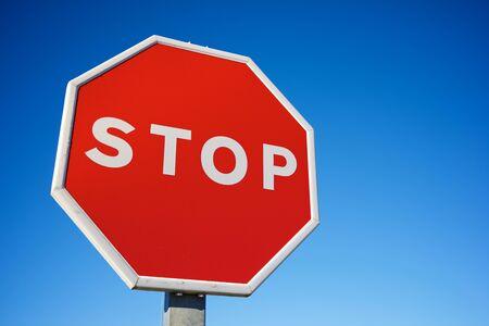 Photo pour Stop traffic sign with clear blue sky. - image libre de droit