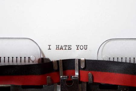 Foto de I hate you phrase written with a typewriter. - Imagen libre de derechos