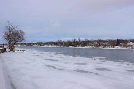 Photo pour Richelieu River in winter - image libre de droit