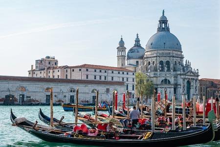 Foto de Venice, Italy - October, 2019: Picturesque view of Gondolas on Canal Grande with Basilica di Santa Maria della Salute in the background, Venice, Italy. - Imagen libre de derechos