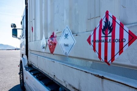 Photo pour Danger label for the transport of flammable solids - image libre de droit
