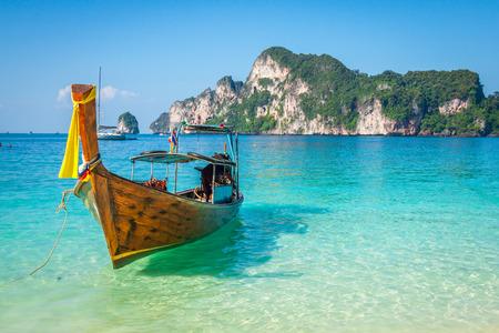 Photo pour Long boat and tropical beach, Andaman Sea,Phi Phi Islands,Thailand - image libre de droit
