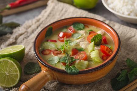 Photo pour Original thailand spicy food with chicken, rise and fresh vegetable, lime juice - image libre de droit