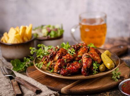 Photo pour Spicy chicken wings with barbecue sauce, delicious and simple food - image libre de droit