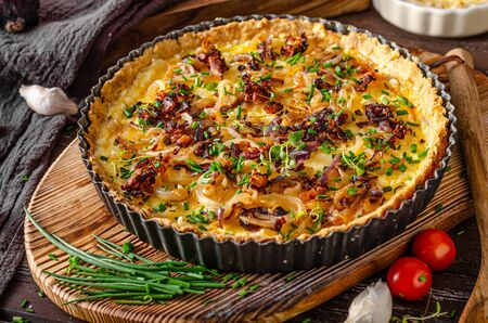 Foto de Delicious rustic quiche with roasted onion and crispy bacon - Imagen libre de derechos