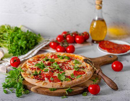Foto de Delicious simple pizza with tomatoes, mozzarella and herbs - Imagen libre de derechos