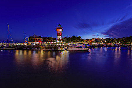Foto de Downtown of Hilton Head Island, Seapines with its iconic, historic lighthouse by night. - Imagen libre de derechos