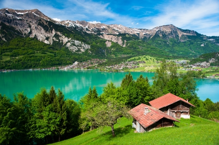 Photo pour Panorama of lake Brienz with the town Brienz in the background, Switzerland - image libre de droit