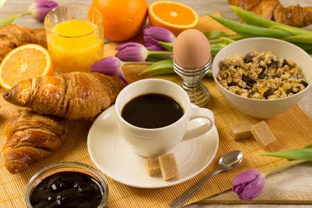 Photo pour breakfast with croissants, orange juice and coffee - image libre de droit