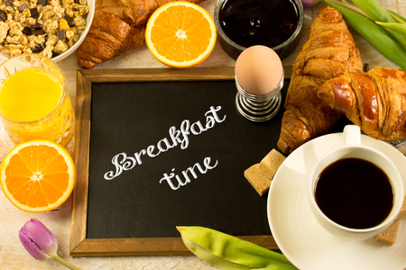 Photo pour breakfast table with a chalkboard in the middle, text - breakfast time - image libre de droit