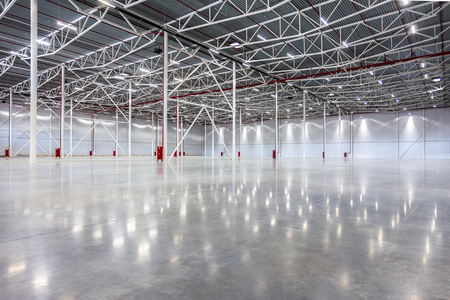 Photo pour New Large modern empty warehouse - image libre de droit