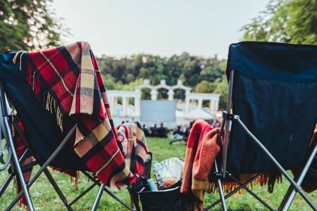 Photo pour two folding chairs with cooling bag with beer and snacks in open air cinema copy space - image libre de droit