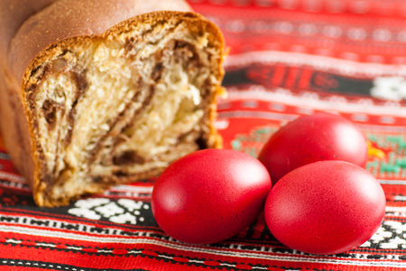 Photo pour traditional orthodox sponge cake and colored easter eggs - image libre de droit