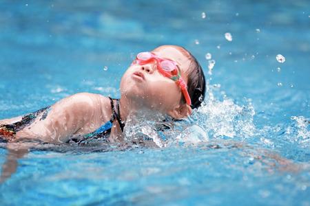 Photo pour child swimming in the pool - image libre de droit