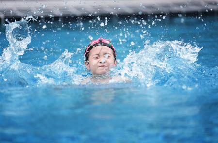 Photo pour child in a swimming pool - image libre de droit
