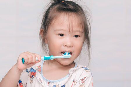 Photo pour A girl brushing his teeth - image libre de droit
