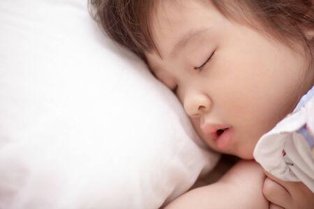 Photo pour asian little girl sleeping - image libre de droit